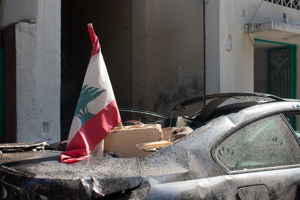 Drapeau libanais sur débris