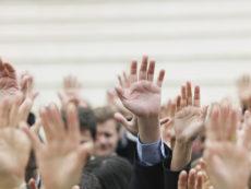 Foule de mains levées