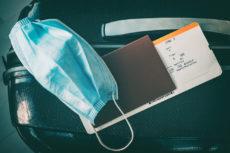 Billet d'avion et masque chirurgical
