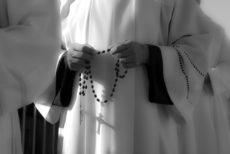 Prêtre tenant un chapelet