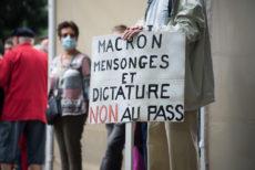 Pancarte de manifestation contre le passe sanitaire