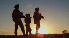 Groupe de soldats armés